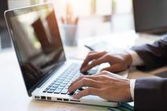 Plan de travail d'homme d'affaires de plan rapproché les affaires et l'analyse Images stock