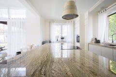 Plan de travail de granit à l'intérieur d'appartement Images stock