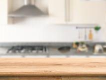 Plan de travail en bois avec le fond de cuisine photo stock