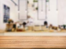 Plan de travail en bois avec le fond de restaurant Images libres de droits
