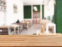 Plan de travail en bois avec le restaurant brouillé Image libre de droits