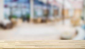 Plan de travail en bois sur le fond de tache floue Photographie stock