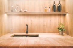 Plan de travail en bois de table sur le fond d'intérieur de cuisine de tache floue Image libre de droits