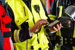 Plan del despliegue del departamento de bomberos en el ordenador de la tableta Fotografía de archivo libre de regalías