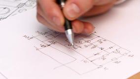 Plan del dibujo de la mano de la persona en proyecto original almacen de video