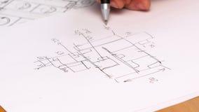 Plan del dibujo de la mano de la persona en proyecto original Primer almacen de video