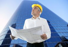 Plan del ingeniero del arquitecto de la maestría que mira el edificio fotos de archivo libres de regalías