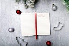Plan del menú de la Navidad Fondo para escribir el menú de la Navidad Visión superior Cuaderno en fondo gris con la decoración Fotos de archivo