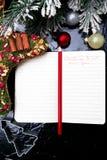 Plan del menú de la Navidad Fondo para escribir el menú de la Navidad Visión superior Cuaderno en fondo negro con la decoración Imagen de archivo libre de regalías