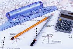 Plan der Hausanschlussleitungen mit Bleistiften, Rechner und lizenzfreie stockfotos
