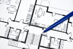 Plan der Wohnung mit einem Bleistift Lizenzfreie Stockfotografie