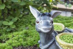 Plan des Plans Keramischer Esel Garten stockfoto