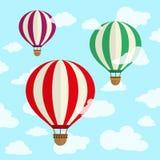 Plan design, ballong för varm luft i himlen med molnbakgrund Royaltyfria Bilder