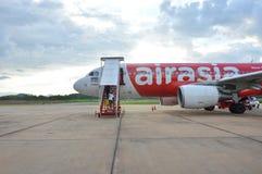 Plan domestique de la Thaïlande d'Air Asia attendant pour voler sur le terrain d'atterrissage Images libres de droits