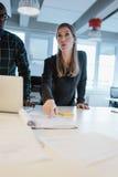 Plan empresarial de explicación ejecutivo femenino a su equipo Foto de archivo