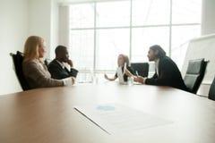 Plan empresarial en la mesa de reuniones con los ejecutivos que se encuentran en el CCB Foto de archivo libre de regalías