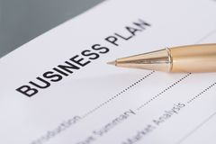 Plan empresarial y pluma Fotografía de archivo