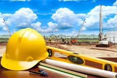 Plan en blauwdrukken van de ingenieurs de het werkende lijst in de bouw van concept Stock Afbeeldingen