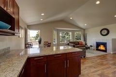 Plan för öppet golv av kök, att äta middag och vardagsrum Royaltyfria Foton