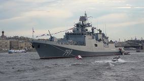 Plan för ` för amiral Makarov för ` för patrullskepp stort i den Neva floden petersburg saint stock video