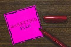 Plan för handskrifttextmarknadsföring Begrepp som betyder det omfattande dokumentet av affärsverksamheter och annonserar rosa fär royaltyfri bild