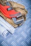 Plan för konstruktion för rörskiftnyckel piskar skyddande handskar på chan arkivfoton