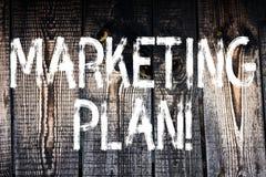 Plan för marknadsföring för textteckenvisning Den begreppsmässiga fotoaffären som annonserar strategier, marknadsför trälyckade i royaltyfri foto