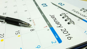 Plan für neues Jahr 2016, Kalender von 2016 mit Stift und Notizbuch auf Schreibtisch Stockbilder