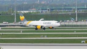 Plan görande taxi för kondor i den Munich flygplatsen, MUC lager videofilmer