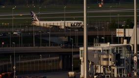 Plan görande taxi för LOTTflygbolag i Munich lager videofilmer