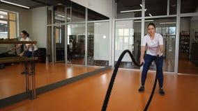 plan global La fille est engagée dans les cordes dans le club de sports 4K MOIS lent banque de vidéos