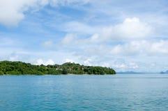 Plan kust av den dolda ön för träd Royaltyfria Bilder