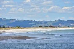 Plan kust med sandspit Royaltyfria Bilder