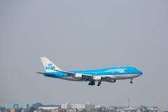 Plan landning för blått 747 på Pudond den internationella flygplatsen i Shangh Arkivbild