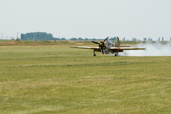 Plan landning för flygshow på gräsfält Arkivbild
