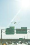 Plan landning på den Newark flygplatsen Royaltyfria Foton