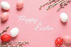 Plan lekmanna- sammansättning av målade ägg och den lyckliga påsken för text royaltyfria bilder