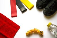 Plan lekmanna- sammansättning för sport från bästa sikt med kopieringsutrymme på vit bakgrund Fetness gummiexpanders, gymnastiksk arkivbilder
