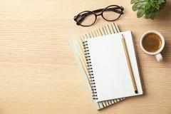Plan lekmanna- sammansättning med anteckningsböcker, kaffe och utrymme för text arkivfoton