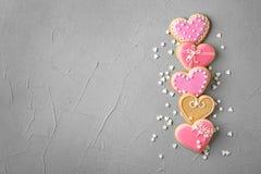 Plan lekmanna- sammansättning med dekorerad hjärta formade kakor och utrymme för text royaltyfria bilder