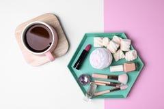 Plan lekmanna- sammansättning med drinken, sötsaker och skönhetsmedel arkivfoton