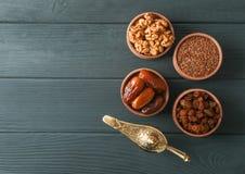 Plan lekmanna- sammansättning med garnering och mat av Ramadan Kareem ferie arkivfoto