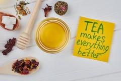 Plan lekmanna- sammans?ttning med honung och te arkivbilder
