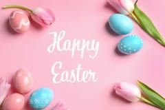 Plan lekmanna- sammansättning med målade ägg och lycklig påsk för text fotografering för bildbyråer