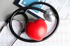 Plan lekmanna- sammansättning med röd hjärta och stetoskop på tabellen cardiology arkivfoton