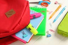Plan lekmanna- sammansättning med ryggsäck- och skolatillförsel fotografering för bildbyråer