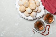 Plan lekmanna- sammansättning med traditionella islamiska kakor på tabellen eid mubarak royaltyfria bilder