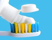 Plan lekmanna- sammans?ttning med manuella tandborstar p? bl? bakgrund Tandborste och toothpaste b?sta sikt, royaltyfri bild