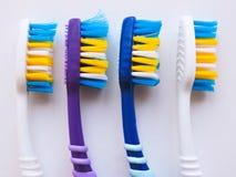 Plan lekmanna- sammans?ttning med manuella tandborstar p? vit bakgrund Tandborste och toothpaste den op sikten, l?genhet l?gger M royaltyfri foto
