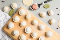 Plan lekmanna- sammans?ttning med r? klimpar Process av matlagning royaltyfri foto